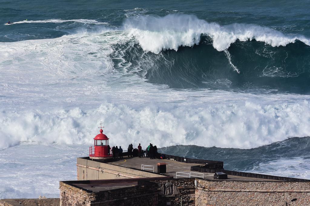 Main image ofNazaré, l'Everest des surfeurs. Laissez-vous émerveiller par les grosses vagues et les surfeurs qui les domptent.
